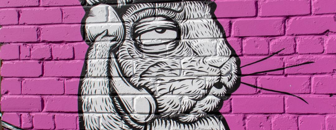 Graffiti zeigt Hasen, der sich ein Kabeltelefon an sein Ohr hält