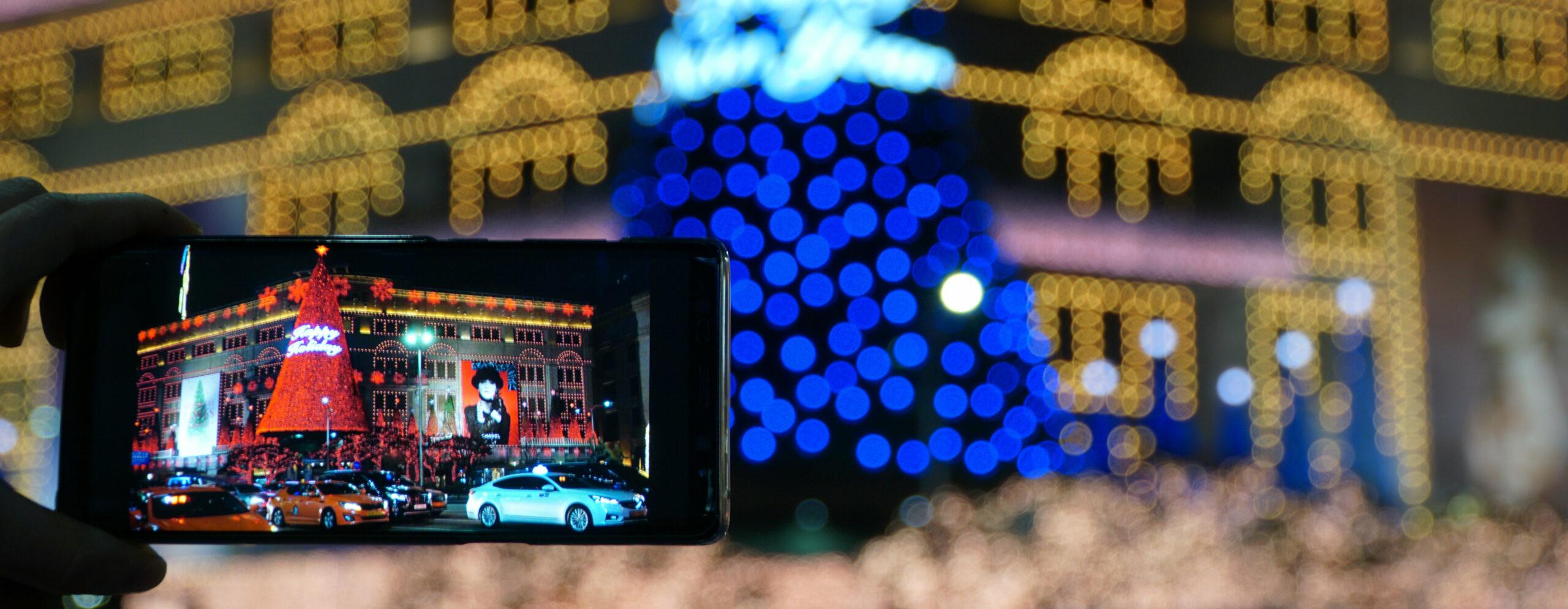 Smartphone-Bildschirm mit Weihnachtshintergrund