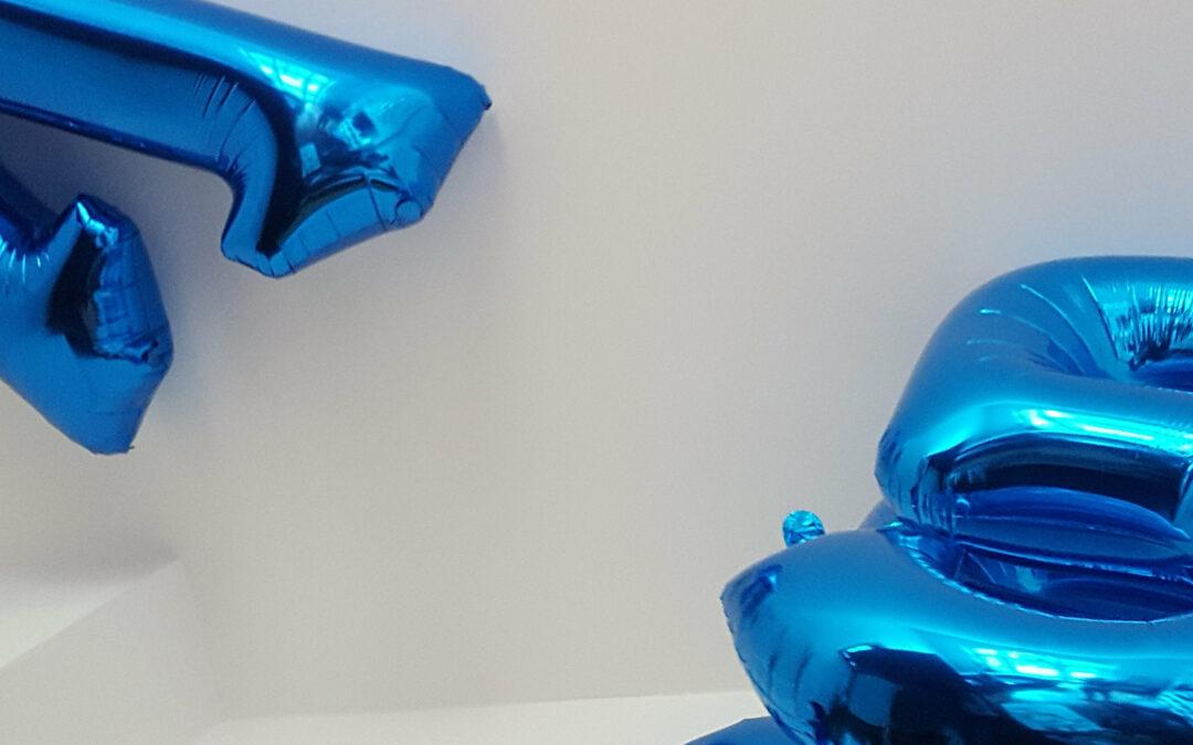 Blaue Luftballons mit den Zahlen 1 und 5