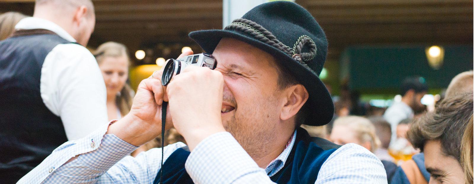 Unser Agenturchef Jörg macht ein Foto auf der Wiesn