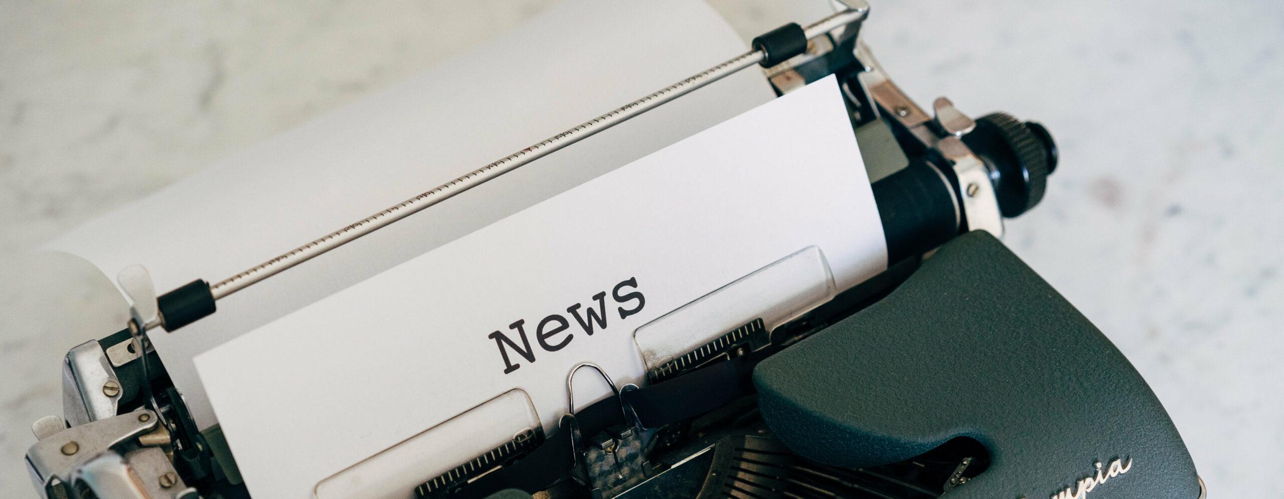 Schreibmaschine mit News-Papier