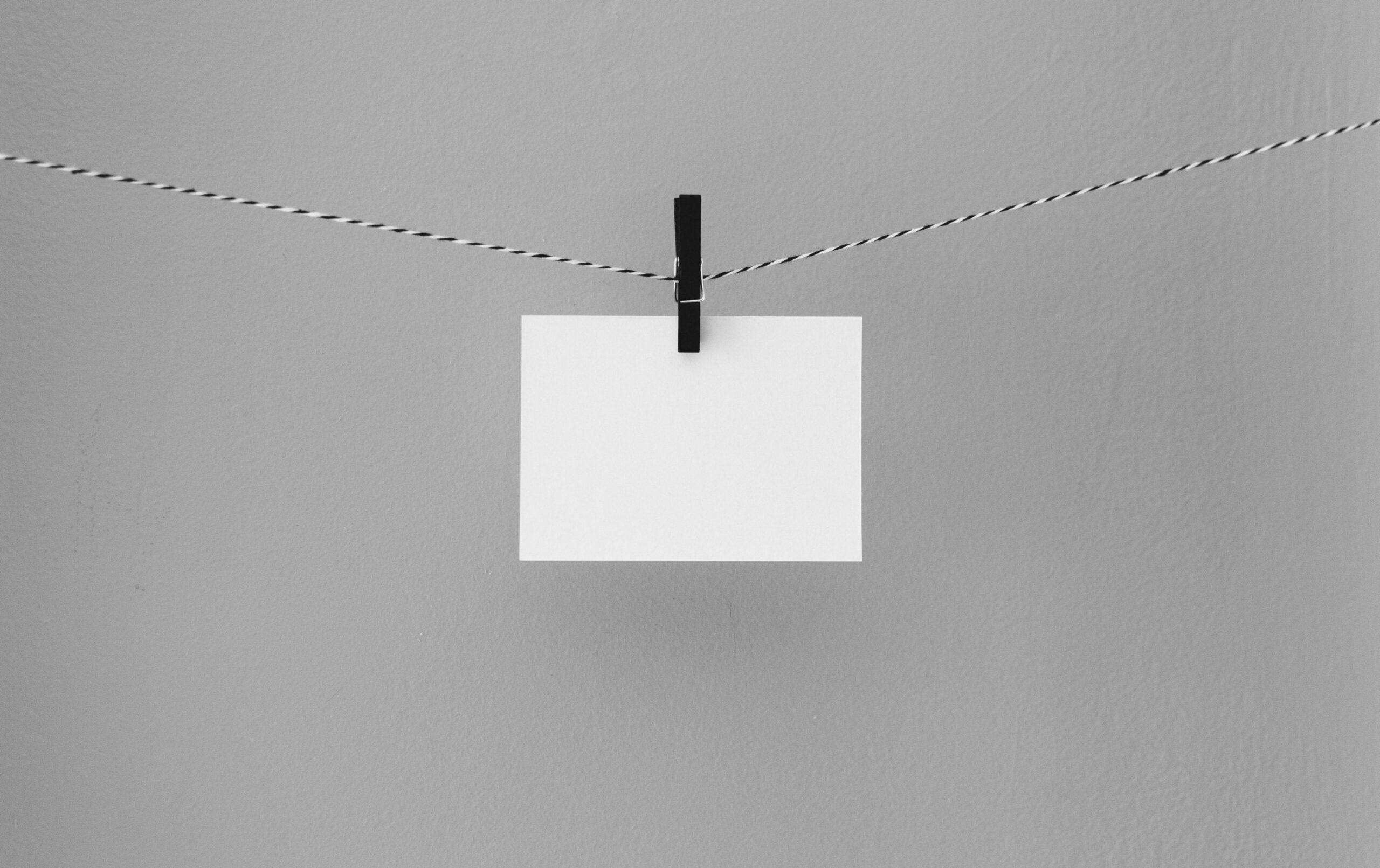 Leerer Zettel hängt auf einer Leine