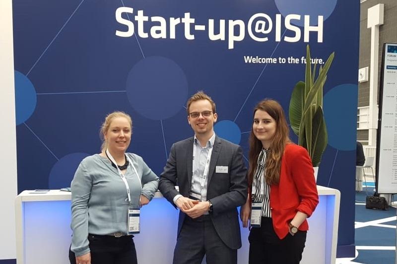 Carina, Timo und Kathi vor dem Startup-Bereich auf der ISH