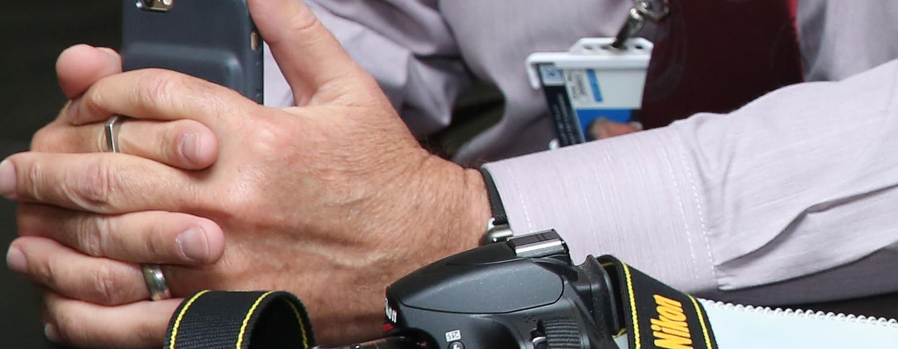 Journalist mit Handy und Kamera