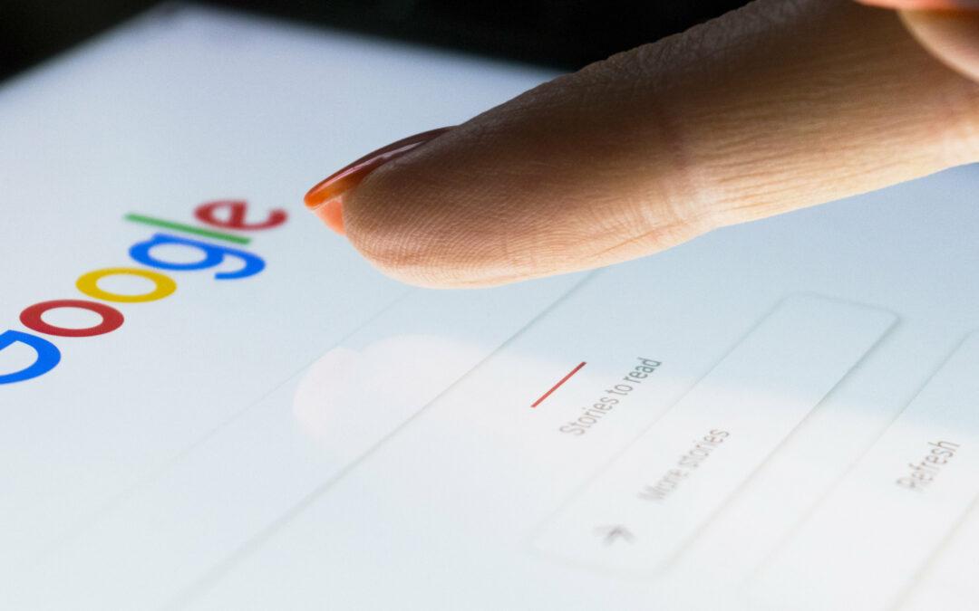 Frau benutzt Google auf einem Tablet