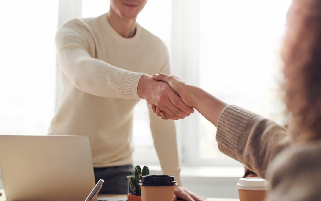 Zwei Menschen schütteln sich die Hände