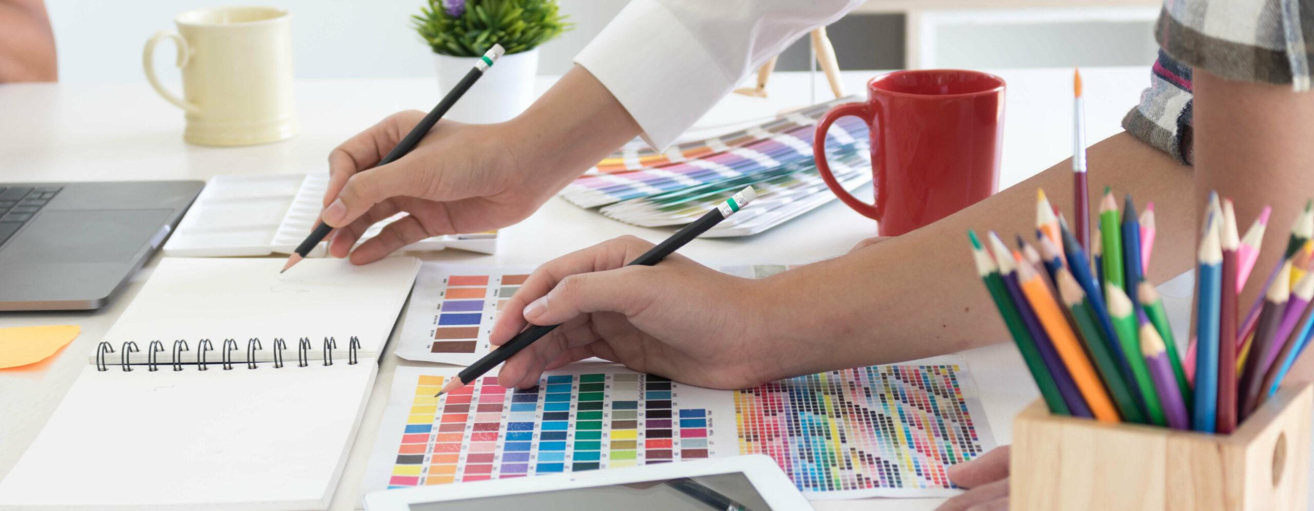Zwei Personen arbeiten mit Farbpaletten