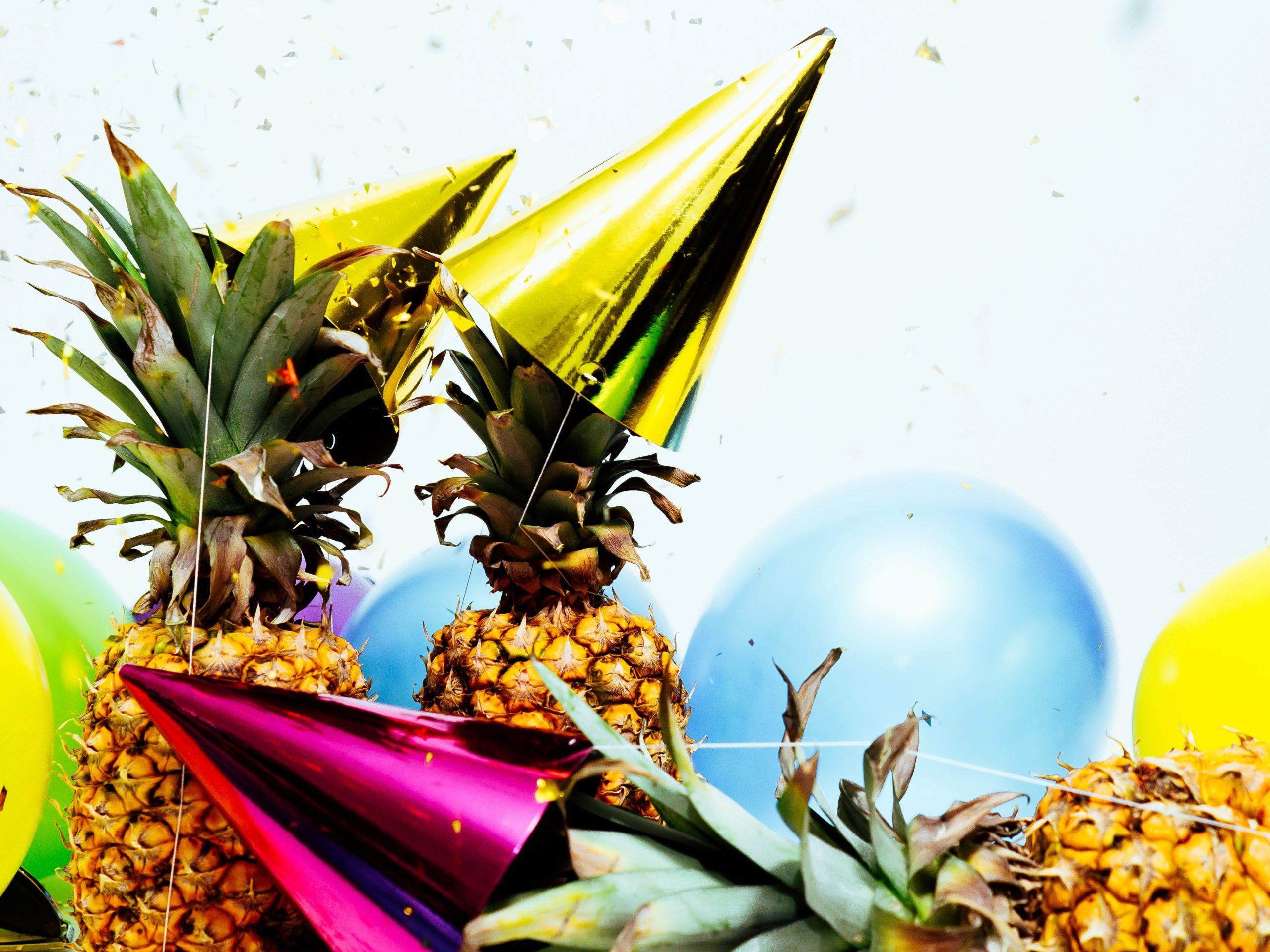 Partyutensilien und Ananas
