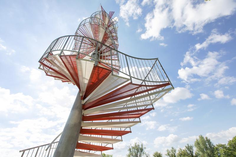 Sicht von unten auf den Berblinger Turm mit seinen weiß-roten Stufen