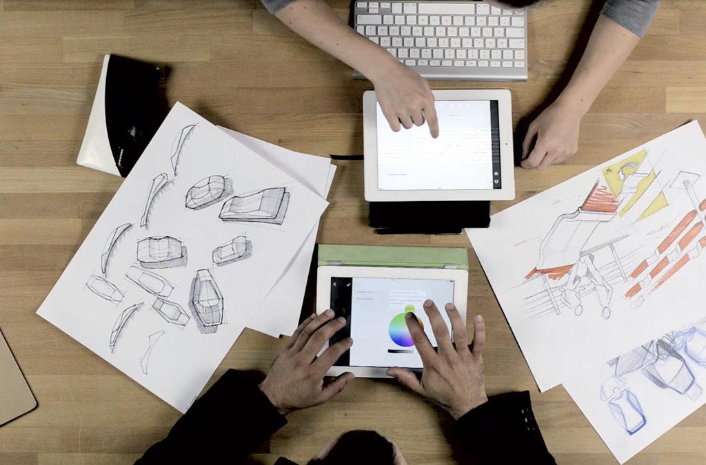 Hände arbeiten an Laptops und Papier