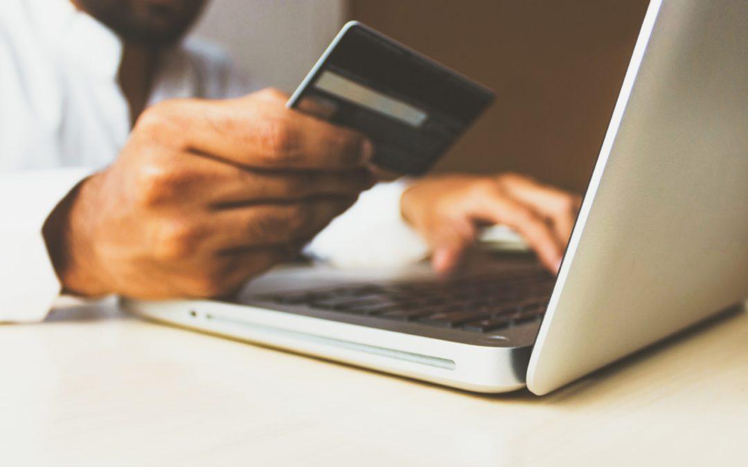 Bankkarte an Laptop