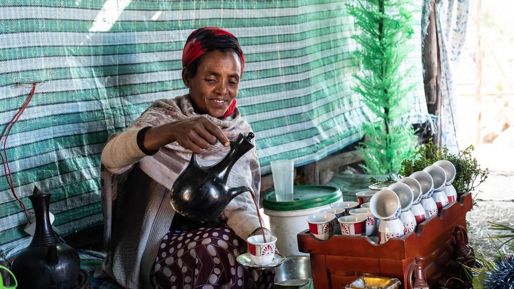 Äthiopische Frau beim Aufgießen von Kaffee