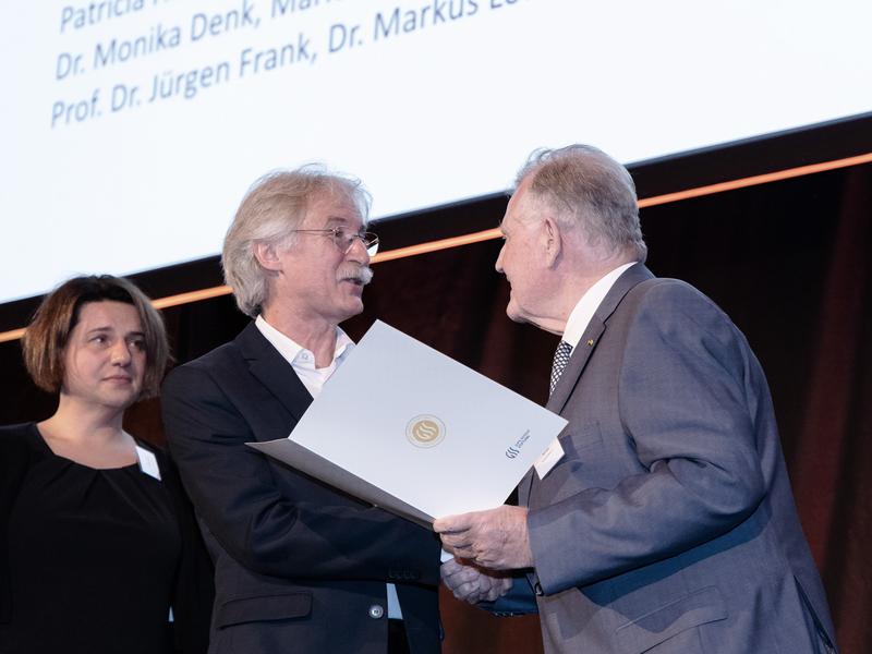 Ministerpräsident a. D. Erwin Teufel überreicht die Urkunde des Gips-Schüle-Forschungspreises 2019 an Prof. Stefan Stevanovic.