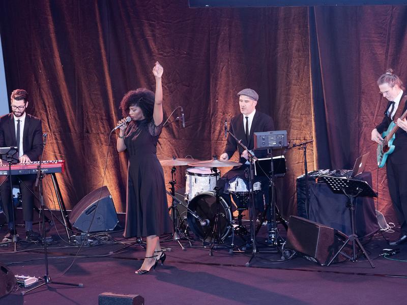 Musiker:innen auf der Bühne beim Auftritt