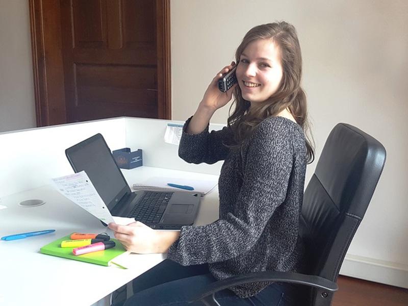 Die ehemalige Praktikantin Judith beim Telefonieren am Schreibtisch