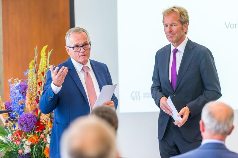 Vorstand der Stiftung Dr. Hofmann im Gespräch mit Moderator Markus Brock auf der Bühne