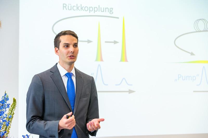 Dr. Tobias Steinle stellt seine Doktorarbeit dem Publikum vor
