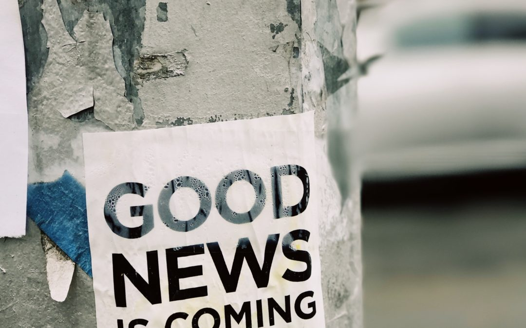 Aufkleber auf Laternenmast: Good News is coming