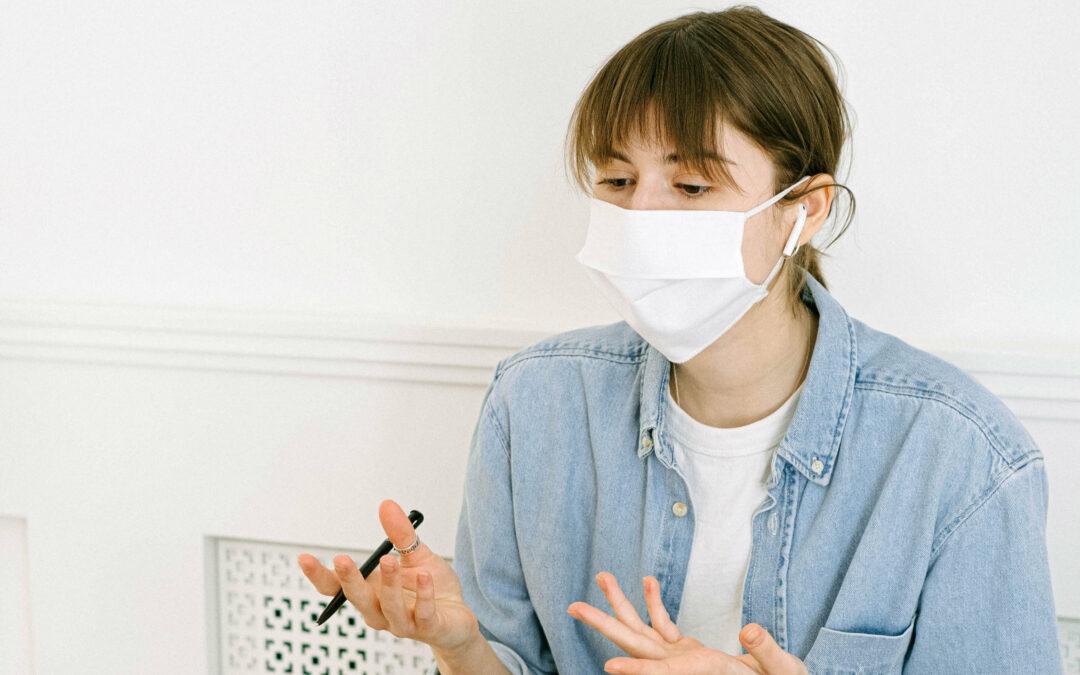 Junge Frau trägt einen Mund-Nasen-Schutz