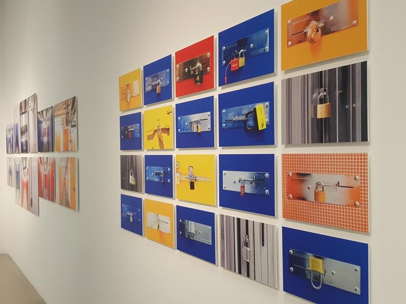 Blick in die Ausstellung des Wien Museums: Mehrere Fotos von kleinen Türschlössern an Abteiltüren