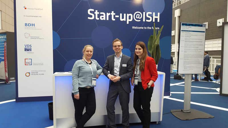 Drei Mitarbeiter:innen von factum stehen vor dem Forum auf den Startup-Days der ISH