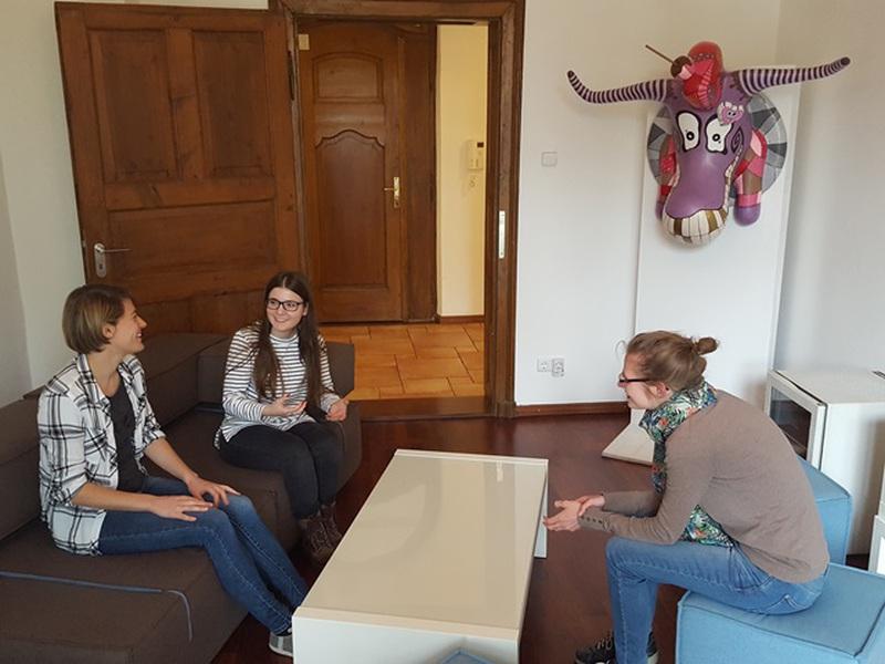 Drei Mitarbeiterinnen sitzen im Besprechungsraum
