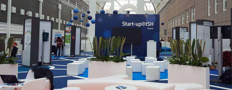 Blick in den Forumsbereich bei Start-up@ISH mit abgetrennten Sitzecken