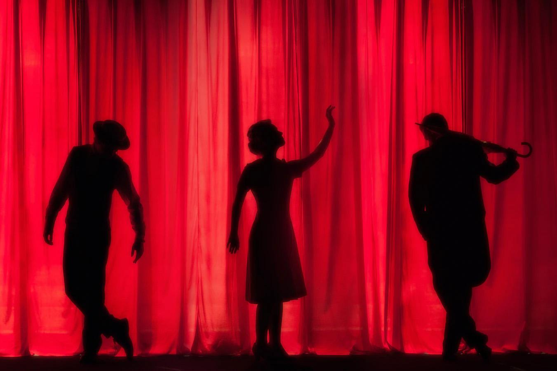 drei Menschen auf der Bühne