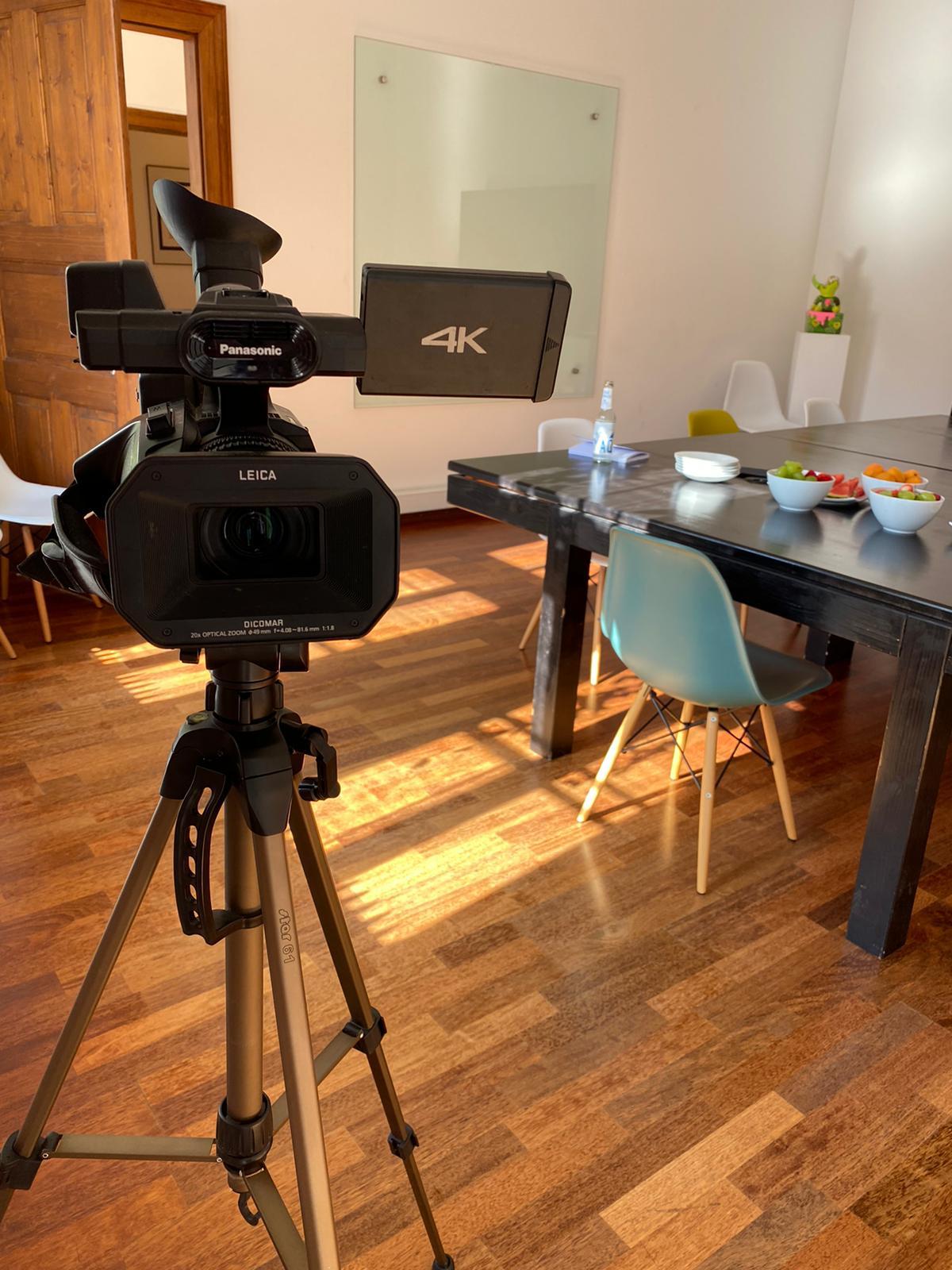Eine Kamera steht im FACTUM Besprechungsraum
