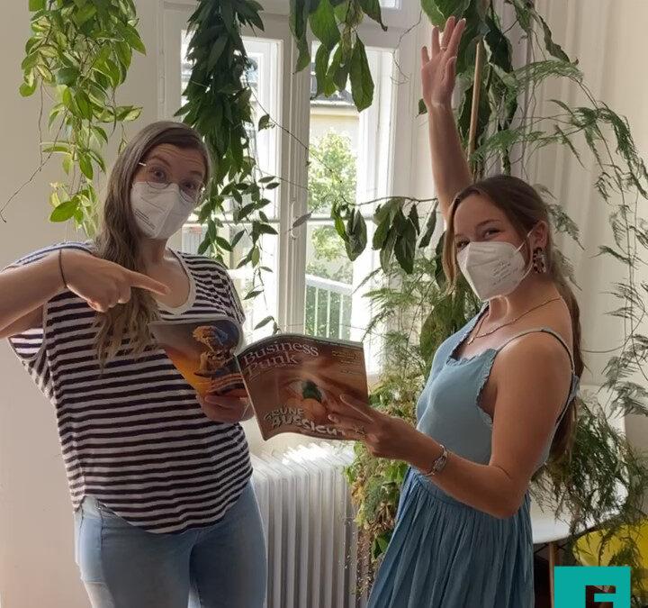 Zwei Mitarbeiterinnen mit Magazin in der Hand