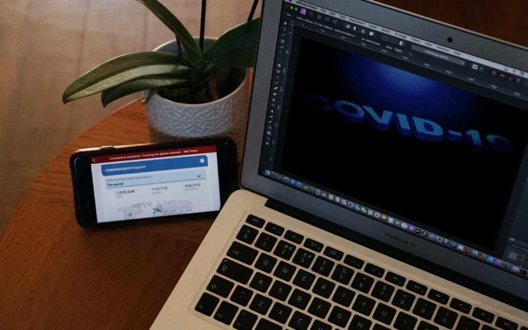 Ein Laptop auf einem Holztisch